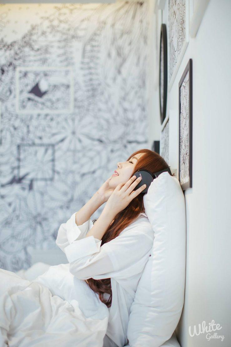 Girl & White Room (Ji-Yeon)